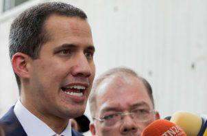 """En un comunicado explicó que había decidido atender la invitación de Noruega """"para explorar una posible salida, negociada"""", siempre que """"lleve al cese de la usurpación"""" que considera hace Maduro de la presidencia."""