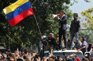 El presidente interino de Venezuela apareció junto al líder de su partido, Leopoldo López, quien burló la prisión que cumplía en su domicilio para sumarse a las manifestaciones.