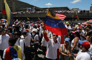 Mientras estas manifestaciones se desarrollan, las fronteras con Colombia y Brasil se encuentran en escenarios que se mueven entre enfrentamientos de ciudadanos que piden el ingreso de la ayuda y la tensión por la obstaculización de la entrada de esos recursos.