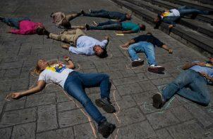 Lilian Tintori (i), protesta junto a otros activistas políticos venezolanos. Foto:EFE.