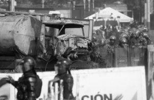 Uno de los camiones incendiados durante las protestas, durante este fin de semana, en el puente fronterizo entre Colombia y Venezuela, donde se trató de ingresar la ayuda humanitaria a la población necesitada. Foto EFE