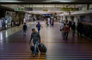 Foto archivo que muestra a algunos viajeros en el aeropuerto internacional Simón Bolívar, en Maiquetía (Venezuela).  Foto: EFE.