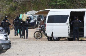 Los sacos fueron trasladados hasta en tres vehículos policiales y transportada hacia la ciudad capital. Foto/Eric Montenegro