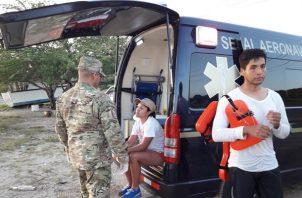 Personal del Servicio Nacional Aeronaval y de Cuerpo de Bomberos lograron auxiliarlos y trasladarlos a la costa sanos y salvo. Foto/Eric Montenegro