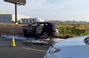 Algunos conductores lograron sacar del carro a las dos damas involucradas en el accidente. Foto/Melquiades Vásquez