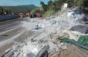 El articulado se salió de la carretera en Veraguas y pasó por encima de la familia que caminaban por la orilla. Foto: Víctor Eliseo Rodríguez.