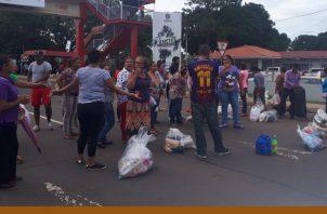 Los familiares de los reos, cerraron las calles, exigiendo que puedan tener acceso a los alimentos. Foto/Melquiades Vásquez