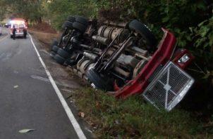 El chofer del camión perdió el control en una curva y terminó volcándose en Veraguas.