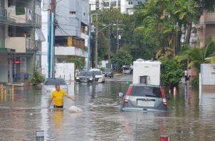 Vehículos afectados por las inundaciones en la Vía Argentina. Foto Tráfico Panamá