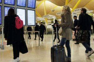 Pasajeros consultan paneles informativos en el aeropuerto de Madrid en imagen de archivo.  Foto: EFE.