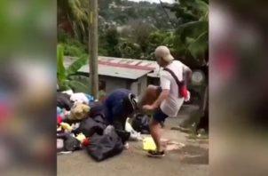 Joven patea a un indigente en un basurero; el video indigna a usuarios de redes sociales. Foto: Cortesía.