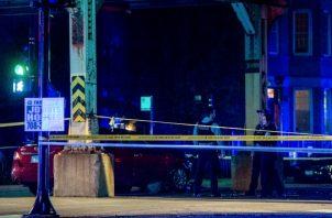 La policía de Chicago investiga la escena en la que varias personas fueron asesinadas en el barrio de Gold Coast de Chicago. FOTO/AP