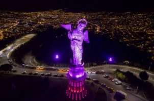 Virgen del Panecillo se iluminó de color rosa como símbolo de la lucha contra el cáncer de mama. Foto: EFE.
