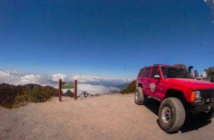 Vehículo 4x4 en la cima del volcán Barú. Foto de archivo