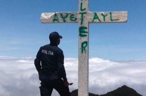 Se conoció que las unidades de la Policía Nacional procedieron a pintar de blanco la cruz de la cima del Volcán Barú; sin embargo el proceso se mantiene. Foto/José Vásquez