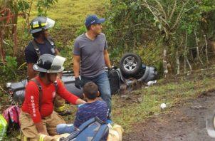 El vehículo tipo pick up color gris se volcó cayendo en una cuneta. Foto: Mayra Madrid.