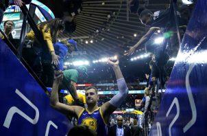 Andrew Bogut (12) de los Warriors festeja con la afición. Foto:AP