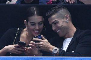 Cristiano  Ronaldo junto a su novia Georgina Rodríguez y su hijo en Londres Foto EFE