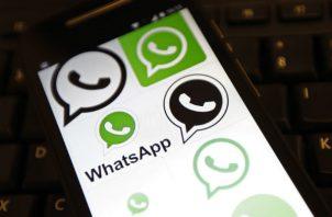 """WhatsApp fue adquirida en 2014 por la compañía de Mark Zuckerberg ante el temor de que se produjera una """"fuga"""" de usuarios en su """"app"""" de mensajería, Facebook Messenger."""