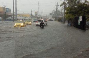Producto de las lluvias, diferentes vías de la ciudad capital resultaron inundadas y algunas quebradas se salieron de su cauce.