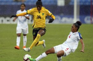 Acción entre Panamá y Jamaica en el premundial de la Concacaf.