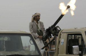 Un rebelde hutíe hace disparos en Sanaa. Foto: AP