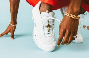 Las zapatillas de Jesús han sido todo un éxito, a pesar que se venden a 3 mil dólares.