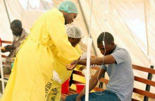 Un posible paciente de cólera es atendido en el hospital para enfermedades infecciosas en Zimbabue. EFE