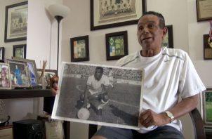 """Luis Ernesto """"Tapia"""" muestra su foto como jugador con el Alianza en El Salvador. Edwin González"""