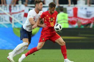 Gary Cahill (IZQ.) de Inglaterra  disputa el balón ante Januzaj de Bélgica Foto: AP