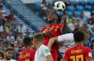 Michy Batshuayi  de Bélgica salta a rematar el balón con la cabeza. Foto:AP