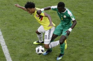 Juan Cuadrado de Colombia disputa un balón contra Idrissa Gana de Senegal. Foto:AP