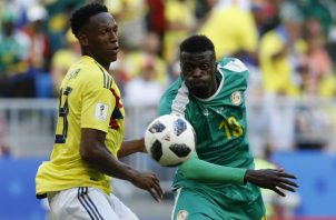 El colombiano Yerry Mina, (Izq.) disputa el balón contra Mbaye Niang de Nigeria. Foto:AP