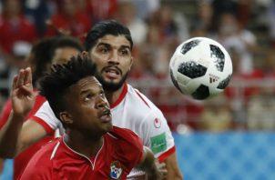 Luis Ovalle (izq.) de Panamá disputa el balón contra Ferjani Sass de Túnez. Foto:AP