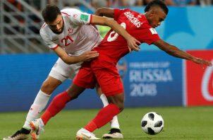 El defensa tunecino Hamdi Naguez y el centrocampista panameño Bárcenas. Foto:EFE