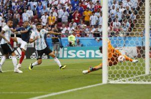 Kylian Mbappé  en contragolpe y en el área de Argentina anotó. Foto AP