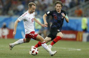 Christian Eriksen (izq)) de Dinamarca  y  Luka Modric (der.) de Croacia. Foto:AP