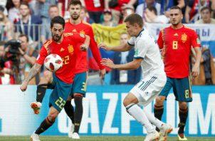 El centrocampista español Isco (Izp) y el ruso Roman Zobnin (der.) disputan en el balón. Foto:AP