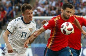 Nacho de España (der.) y Aleksandr Golovin de Rusia disputan el balón. Foto:AP