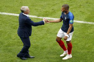 Kylian Mbappé junto a su entrenador Didier Deschamps. Foto EFE