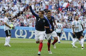 Antoine Griezmann y Raphäel Varane en el partido ante Argentina. Foto AP