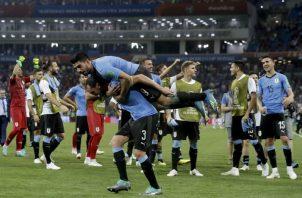 Uruguayos celebran su clasificación a costa de Portugal. Foto AP