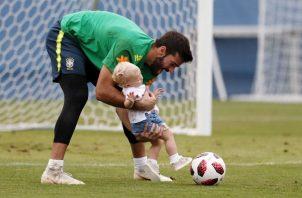 Allison juega con su pequeña. Foto EFE