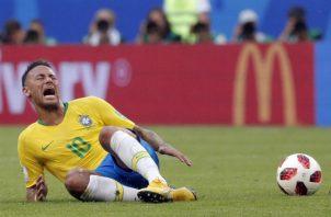 Neymar se queja de una falta en el partido conta México. Foto EFE