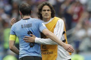 Diego Godín y Edinson Cavani. Foto AP
