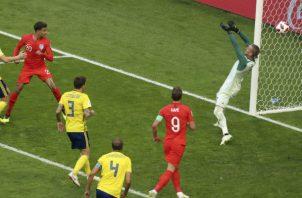 Dele Alli (izq. rojo),  anota el segundo gol de Inglaterra. Foto:AP