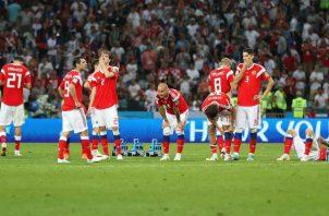 Jugadores de Rusia lamentan la eliminación. Foto:AP