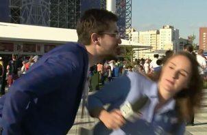 Una persona intenta besar a la fuerza a una periodista. Foto Captura