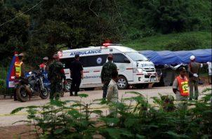 Traslado de los jóvenes rescatados en ambulancia. Foto EFE