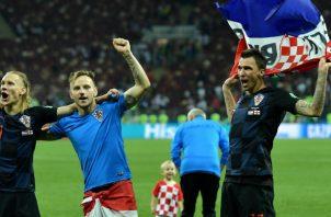 Jugadores de Croacia festejan su clasificación a la final. Foto:AP